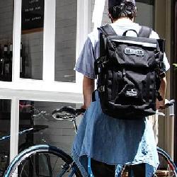 男性 自転車 バックパック
