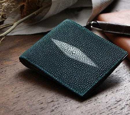 フリースピリッツの二つ折り財布 ガルーシャ エイ革