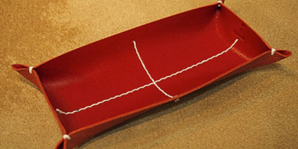 カクラ メガネ置き 革トレイ ペン&メガネ レッド白糸