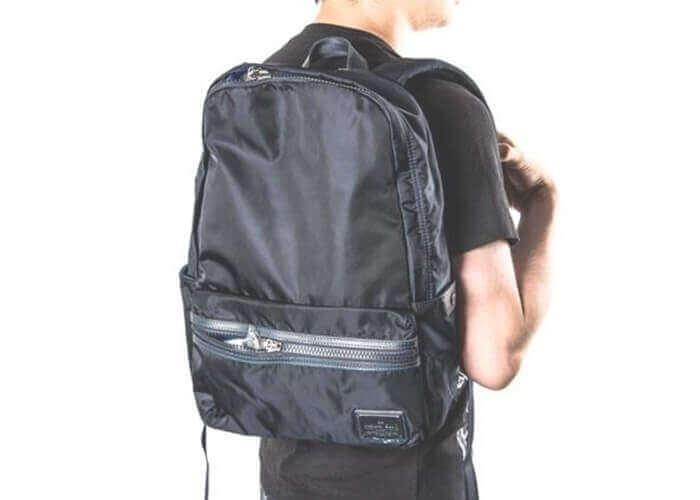 全体的にシンプルなデザインでどんな服装にも合わせやすく、毎日使い込めるバックパックです。