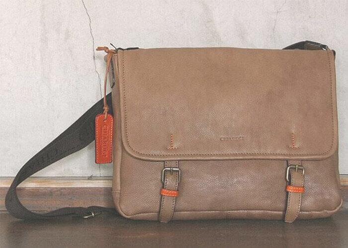 キアルージのメッセンジャーバッグ ソフトウォッシュレザーメッセンジャーバッグ