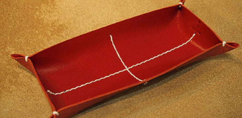 カクラの革トレイ ペン&メガネ レッド白糸 KAKURA